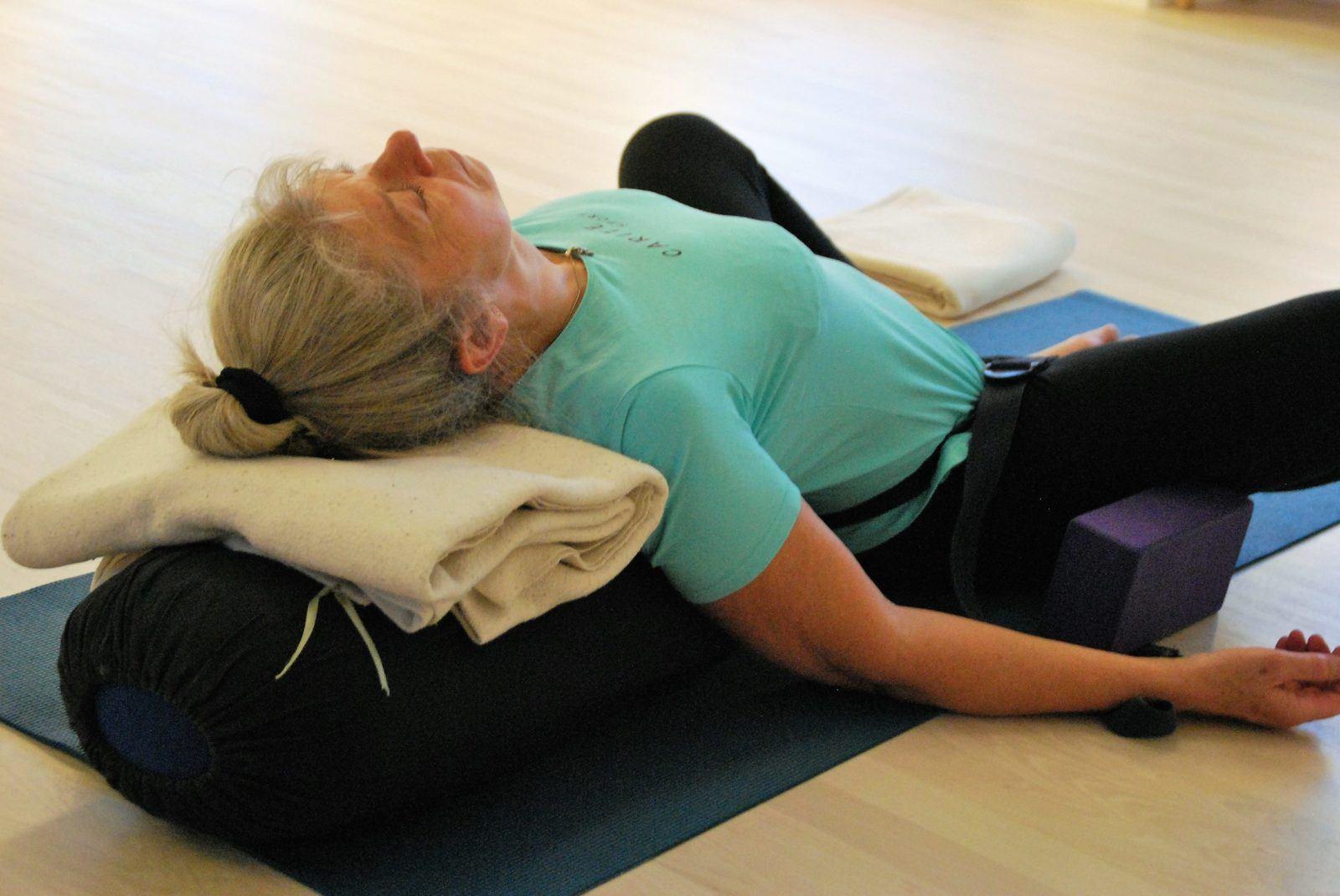 Kvinde ligger ned for at lære teknikker og stillinger der giver en god søvn