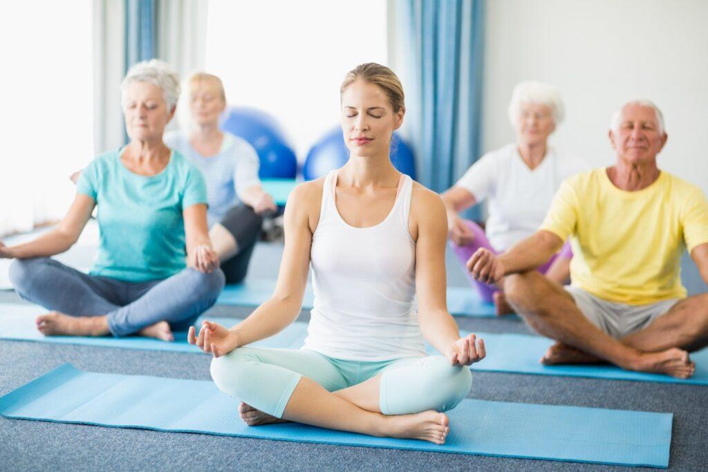 Yoga holdtræning fo seniorer